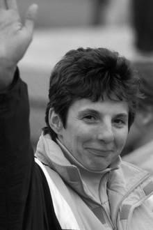 """21. Juni 2017: Steffi Walter-Martin (54 Jahre)  Die deutsche Rennrodlerin starb am gestrigen Mittwoch im Alter von nur 54 Jahren an den Folgen einer Krebserkrankung. Das berichtet unter anderem die """"Sächsische Zeitung"""" in Bezug auf eine Mitteilung ihres Mannes Gernot. Er soll bis zuletzt bei ihr gewesen sein."""