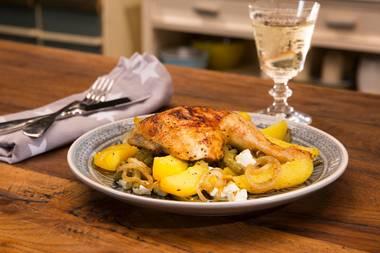Frische Sommerküche: Griechische Hähnchenpfanne mit würzigen Kartoffelspalten und Feta
