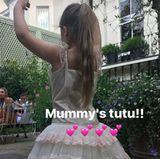 Was für eine süße Primaballerina! Harper Beckham tanzt im süßen Tütü ihrer Mutter Victoria Beckham. Und nicht nur das Kleid trägt sie ...