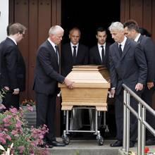 Helmuth Kohl (†) wird im Sarg aus dem Haus getragen.