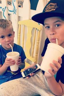 """22. Juni 2017   """"Meine Jungs bleiben cool"""", postet die stolze Mutter Reese Witherspoon über ihre milchshakeschlürfenden Jungs."""