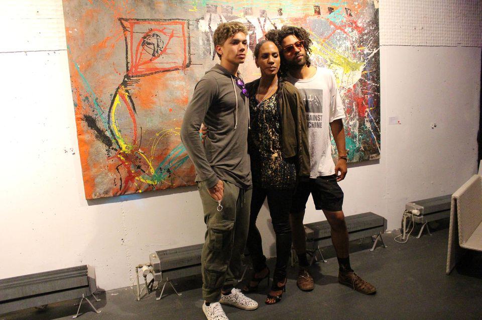 22. Juni 2017  Elias, Barbara und Noah Becker posieren für Fotos: Sie befinden sich in der Galerie Greta Verhuelsdonk in Hamburg, in der auch Gemälde von Noah Becker ausgestellt werden.