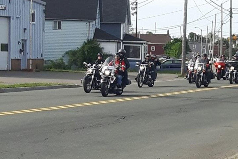 Biker bringen Xander zur Schule