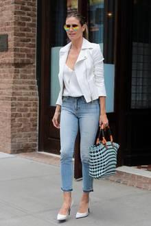 Wenn das Outfit aus Jeans, Shirt und weißem Blazer schlicht ist, darf man ruhig bei den Accessoires mit Knalleffekten arbeiten. Heidi Klum weiß das genau und kombiniert zum schicken Streetstyle eine polarisierende Pilotenbrille.