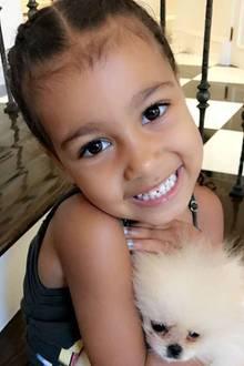 """Was für Kulleraugen! Kim Kardashians Tochter North kuschelt mit dem Zwergspitz und ihre Tante Khloé schmilzt beim Anblick der Kleinen dahin. """"Meine kleine Northie! Dieses Gesicht!"""" kommentiert sie das Foto ihrer Nichte."""