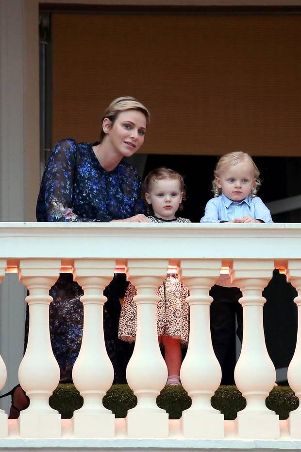 """23. Juni 2017  Fürstin Charlène zeigt sich mit den Zwillingen Prinzessin Gabriella und Prinz Jacques zu den """"Saint Jean""""-Feierlichkeiten auf dem Balkon. Gespannt verfolgen sie das Geschehen."""