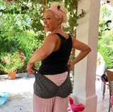 """""""Man, was für Euter"""", schreibt Daniela Katzenberger zu diesem witzigen Schnappschuss von sich. Sie kann den Still-BH von der Schwangerschaft mit ihrer heute fast zweijährigen Tochter Sophia glatt als Höschen anziehen. Körbchengröße 85 G trug sie zu der Zeit. Jetzt hat Daniela die Babypfunde lange verloren und sieht das ganze mit Humor, gerade erst brachte sie ihr Buch """"Eine Tussi speckt ab"""" raus."""