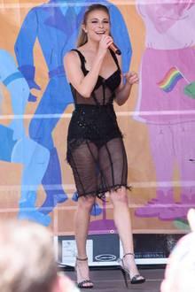 """LeAnn Rimes versucht sich bei der """"Gay Pride Parade"""" in New York an dem Nackt-Trend, den Kendall Jenner und Co. aktuell auf dem roten Teppich vormachen. Ihr Dessous-Einteiler kommt denen ihrer Vorbilder allerdings weniger nahe. Die Nähte und der Fransensaum ihres Kleides wirken """"unfertig"""" und leider etwas fehl am Platz."""