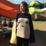 Ausgeschlafen? Festivalfeiern ist anstrengend, und eine gewisse Müdigkeit zeigt Alexa Chung sogar mit ihrem übergroßen Kuschelpulli auf Instagram.