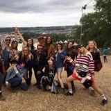 Cara Delevingne ist mit einer fröhlichen Festivaltruppe in Glastonbury unterwegs. Dieses Foto von sich, Suki Waterhouse (r.) und anderen Freunden postete sie auf Instagram.