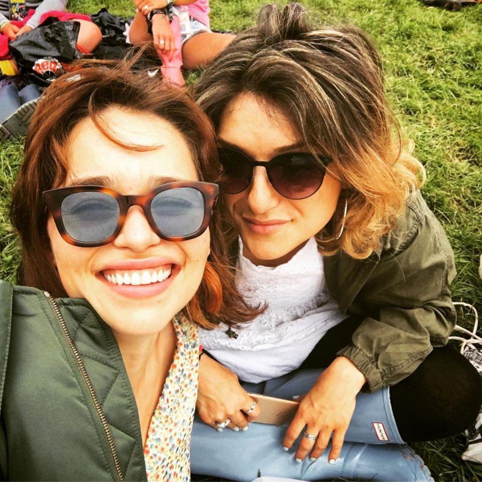 """Ein strahlendes Lächeln ist immer noch der beste Festival-Look, nicht nur bei """"Game of Thrones""""-Star Emilia Clarke."""