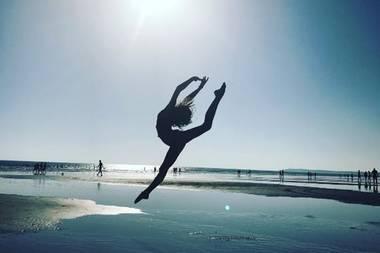 Das nennen wir mal eine Beach-Ballerina: Den Strand der spanischen Stadt, Conil de la Frontera, verwandelt Apple Martin im Urlaub mit Mama Gwyneth Paltrow kurzerhand in eine Ballettbühne. Sterbender Schwan? Wohl kaum. Das sieht doch viel mehr nach purer Lebensfreude aus!