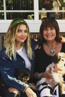 Schauspielerin Ashley Benson (li.) posiert neben ihrer Mutter und Schwester für ein liebevolles Familienfoto.
