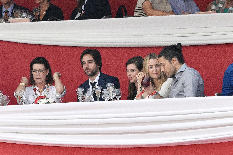 """Erster Auftritt als Paar: Charlotte Casiraghi (Mitte) mit Dimitri Rassam (2.v.l.) und Mutter Caroline von Hannover (l). am 24. Juni 2014 beim """"Monte Carlo Jumping""""-Reitturnier im französischen Cannes"""