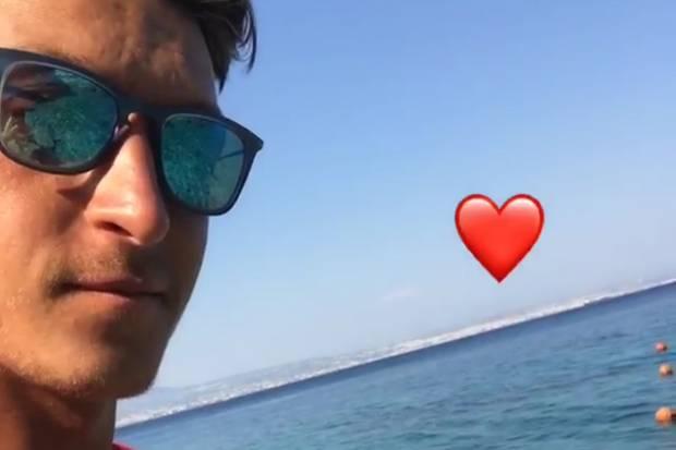 Zeigt Mesut Özil hier seine neue Freundin?