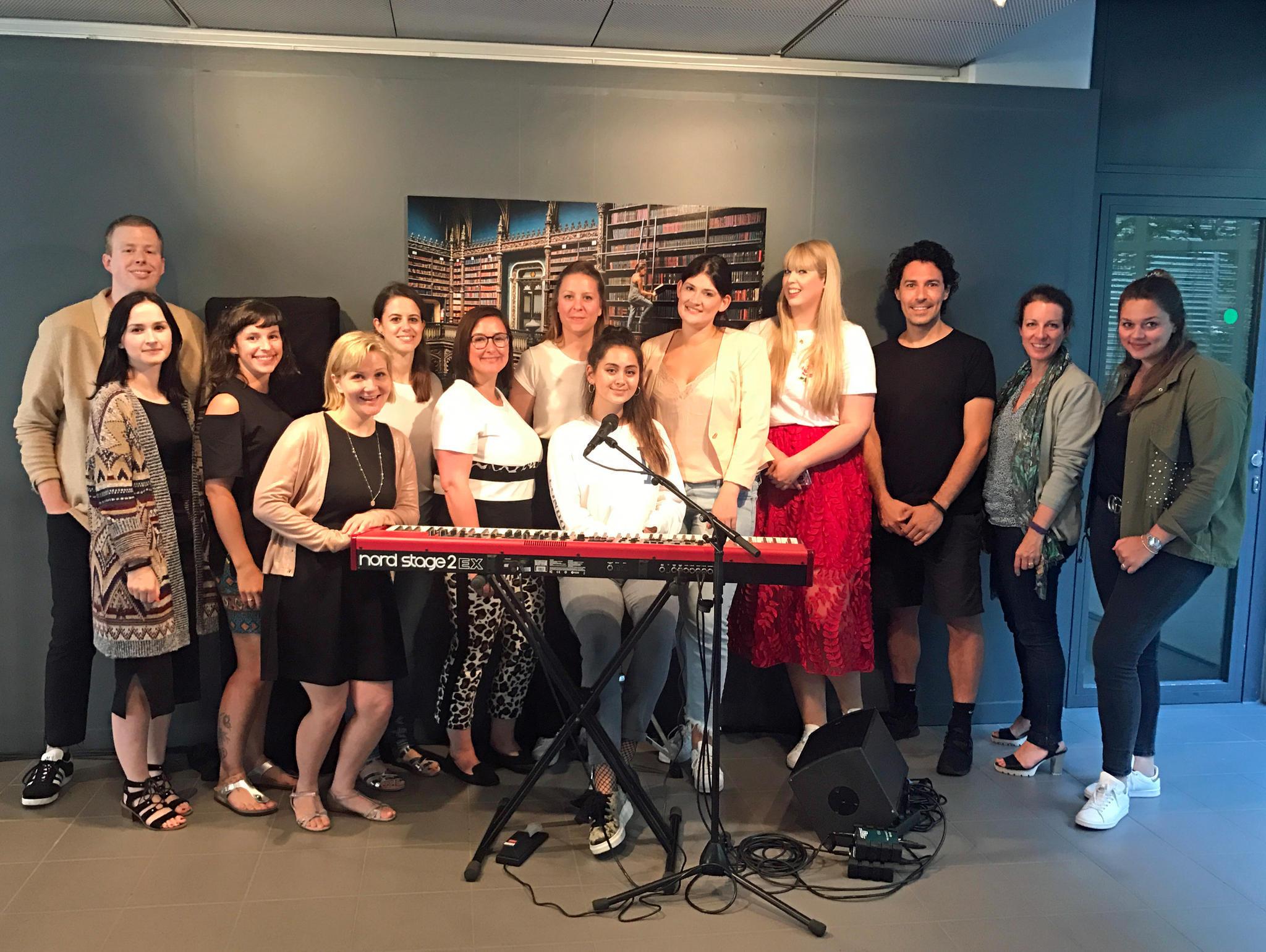 Jasmine Thompson (am Keyboard) begeisterte mit ihrer Performance nicht nur das Team von GALA.de. Auch Make-Up-Artist Boris Entrup und viele weitere Redakteure kamen dazu, um ihrer Stimme zu lauschen.