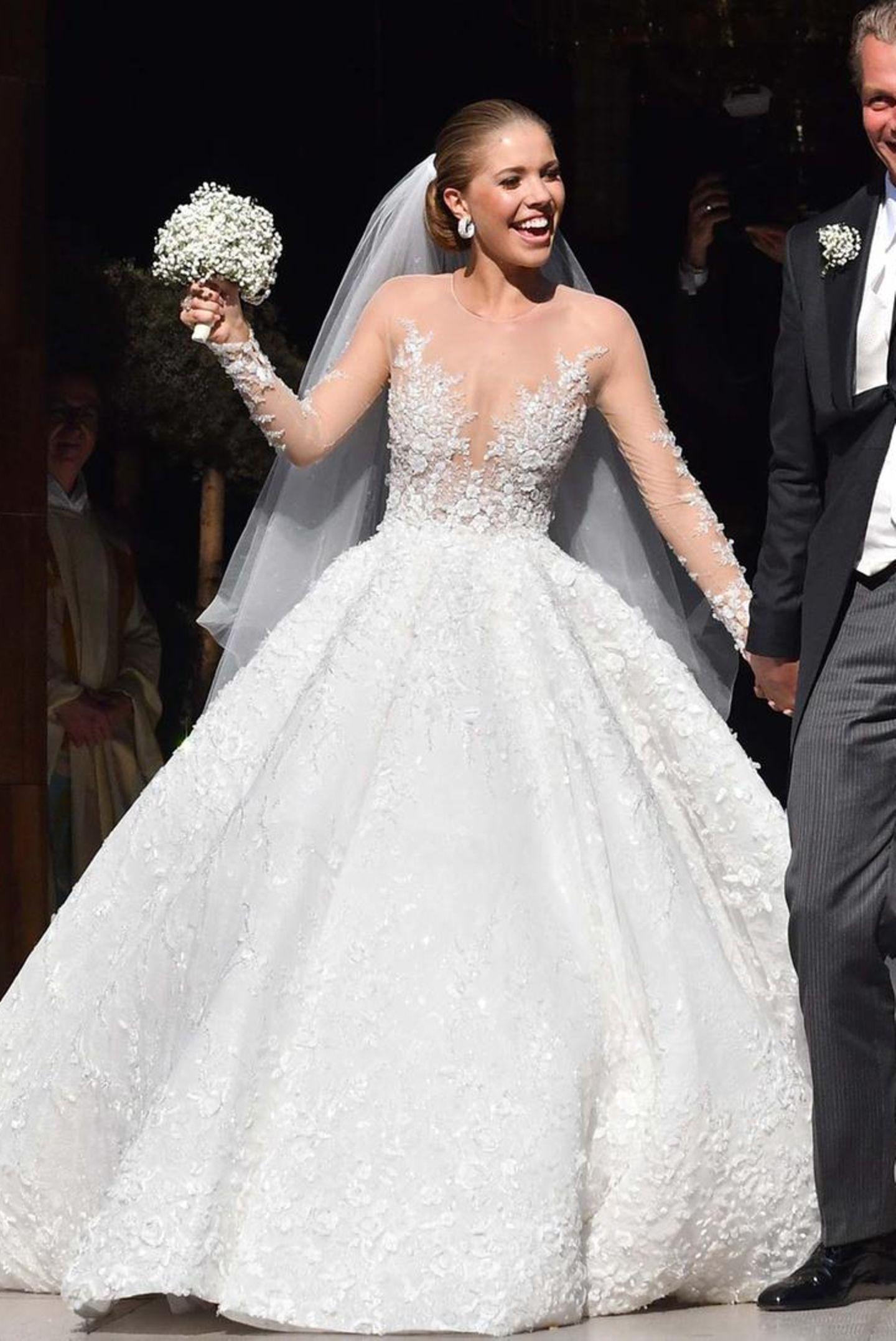 Einen neuen Rekord in Sachen Brautkleid soll Victoria Swarovski im Juni 2017 aufgestellt haben: Ihre Designerrobe von Michael Cinco ist mit 500.000 Kristallen besetzt, hat eine acht Meter lange Schleppe und soll sage und schreibe über eine Million Dollar gekostet haben!