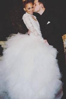 Nicole Richie entscheidet sich in 2010 nicht nur für ihren Ehemann Joel Madden, sondern ebenfalls für einen Tüll-Traum von Marchesa, der sie 20.000 Dollar kostet.