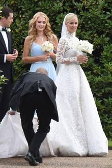 In einem weißen Spitzentraum von Valentino ehelichte Nicky Hilton ihren James Rothschild 2015 in London. Und wie es sich für eine Hotel-Erbin gehört, wurde bei dem Kleid kein bisschen gegeizt: Schlappe 100.000 Dollar sollen dafür über die Ladentheke gegangen sein.