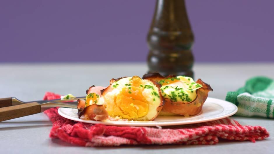 Herzhaft in den Tag: Frühstücksei im Schinkenmantel