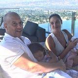 """23. Juni 2017  Vin Diesel teilt ein niedliches Foto: """"Wenn wir gerade keine Superhelden spielen"""", postet er scherzend dazu. Auf dem Foto kümmern sich der Action-Star und seine Kollegin, die """"Wonder Woman""""-Darstellerin Gal Gadot, gerade herrlich normal um ihre Kinder."""