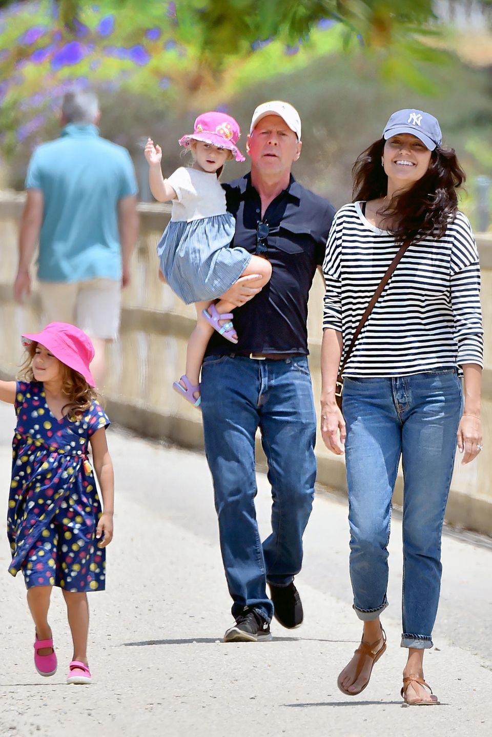 26. Juni 2017  Daddy Cool: Mit seinen Töchtern Mabel und Evelyn und seiner Frau Emma Heming macht Bruce Willis einen Ausflug in den Streichelzoo von Santa Monica.