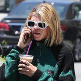 Über die Schönheit von Sofia Richies schwarz-weißem Sonnenbrillengestell kann man streiten, auffällig ist es aber in jedem Fall.