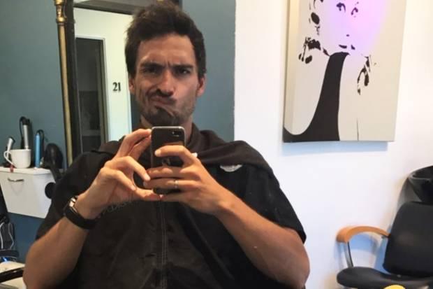 """Blond again?"", schreibt Star-Kicker Mats Hummels zu diesem Schnappschuss im Friseursalon."