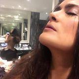 Huch, sollte dieses Foto so?  Als Salma Hayek nach einer Party ein Selfie von sich postet, um zu zeigen, wie frisch ihr Make-up nach dem Feiern noch ist, scheint sie ganz zu vergessen, dass sich im Hintergrund ein großer Spiegel befindet. Und schwups, schleicht sich ein kleiner Instagram-Fail ein. Man kann nun nämlich mehr von Salmas Kehrseite sehen, als ihr höchstwahrscheinlich lieb ist. Nett anzusehen, ist der Fauxpas dennoch...