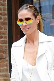 Mit Regenbogen-Spiegelung ist Heidi Klums Pilotenbrille besonders zum weißen Outfit ein richtiger Blickfang.