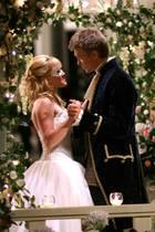 """In 2004 lassen Hilary Duff und Chad Michael Murray unzählige Mädchenherzen höher schlagen und -augen feucht werden, als sie in """"Cinderella Story"""" die Liebe über alles siegen lassen. Ein ganz großer (In-Tränen-ausbrech-)Moment: Ihr romantisches Kennenlernen samt Tanz im Pavillon auf dem Schulball. Hier überzeugt vor allem Chad Michael die weiblichen Zuschauerinnen mit seinem Prinzen-Look."""