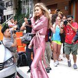 """Nicht nur die Paparazzi sind beim Anblick von Gigi Hadid in diesem rosafarbenen Outfit außer Rand und Band. Auch wir sind richtig verliebt in ihren 70ies-Glam-Look von """"Kreist"""", dem Label von Jungdesigner und (noch) Geheimtipp Krzysztof Strozyna."""