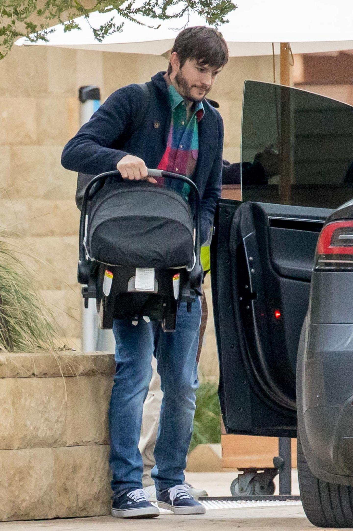 """Dezember 2016  Auch an Silvester heißt es für Ashton und Mila """"Family Time"""" statt wilde Party. Sie verbringen den letzten Tag in 2016 mit ihren Kindern in Malibu und fahren mit dem Auto durch die kalifornische Stadt. Dabei zeigt sich, was für ein sorgsamer Vater Ashton ist. Erst trägt er den kleinen Dimitri ins Auto ..."""