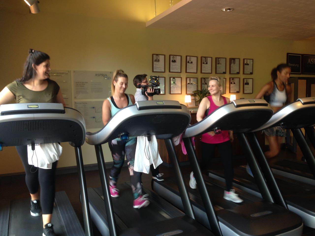 Die drei Gala-Redakteurinnen trainieren mit Annabelle Mandeng auf dem Laufband