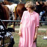 Als Diana mit Prinz William schwanger ist, hüllt sie ihren Babybauch gerne in lockere Kleider. Dieses Modell mit Knopfleiste wirkt dabei besonders frisch.
