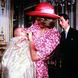 Bei der Taufe von Prinz William setzt Diana auf ein Eyecatcher-Piece, dessen Pink nur so strahlt.