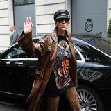 Was hat sich Superstar Céline Dionbei diesem Look bloß gedacht? Bodenlanger Schlangenleder-Trenchcoat zu Wildleder-Overknees und dazu ein Shirt-Kleid mit Tigerkopf-Print - weniger ist manchmal definitiv mehr...