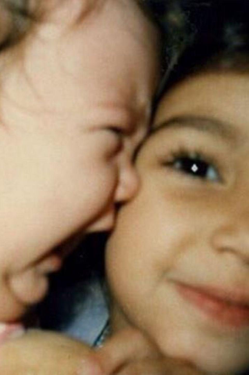 """Zum Geburtstag von Khloé Kardashian postete Kim Kardashian dieses süße Foto aus Kindheitstagen. Darauf zu sehen ist eine heulende Khloé, mit gigantischem Klunker am Ohr, und ihre grinsende, große Schwester Kim. """"Danke dafür, dass du das Leben so spaßig machst"""", postete Kim liebevoll dazu."""