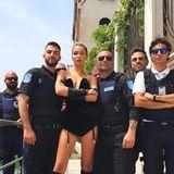 28. Juni 2017  Supermodel Bella Hadid schnappte sich in Venedig kurzerhand alle Polizisten, die sie finden konnte, um dieses hochinteressante Gruppenfoto schießen zu lassen.