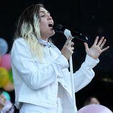 Ein wenig Haaransatz mag ja modern sein. Sängerin Miley Cyrus nimmt diesen Trend nur leider ein wenig zu ernst und war wohl schon seit langer Zeit nicht beim Friseur.