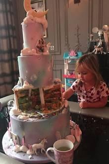 Zum Frühstück gibt es die Geburtstagstorte von gestern. Tamara Ecclestones Tochter Sophia findet's klasse.