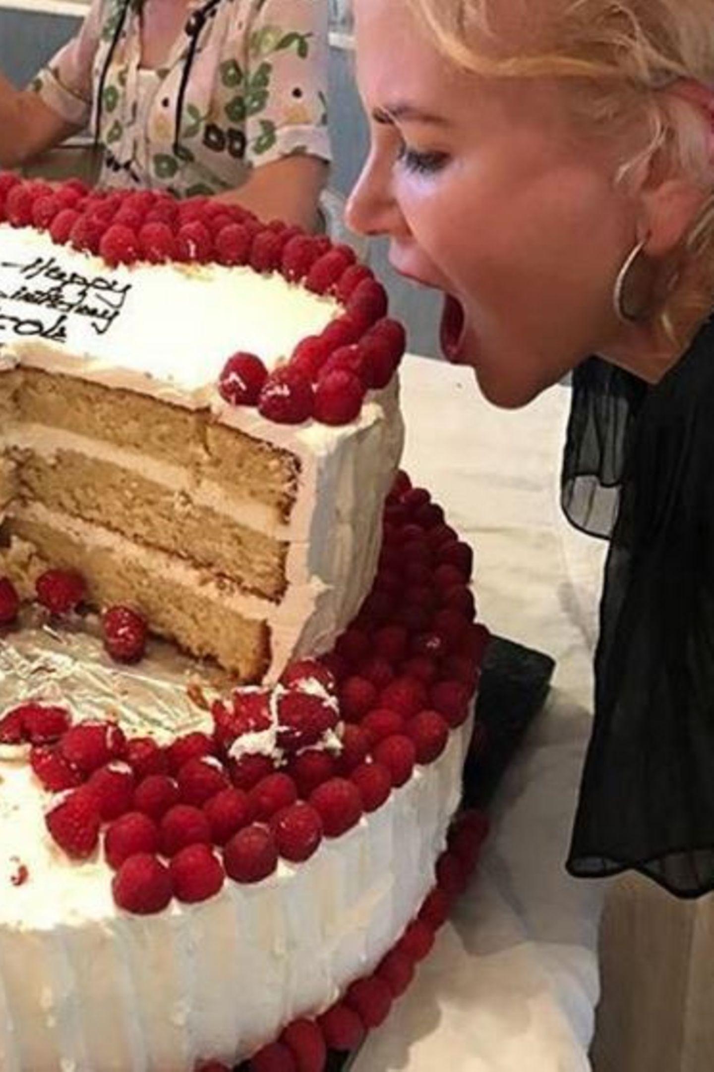Hollywoodstar Nicole Kidman freut sich riesig über ihre gigantische Geburtstagstorte.
