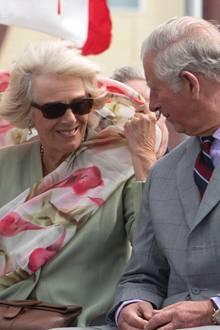 29. Juni 2017  Vom Winde verweht: Herzogin Camilla und Prinz Charles sind auf Staatsbesuch in Kanada - dort weht aber gerade kein laues Lüftchen. Gut, dass die Briten mieses Wetter gewohnt sind und sich nicht die Laune verderben lassen.