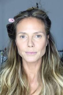 Wow! Auf Instagram zeigt sich Topmodel Heidi Klum ungeschminkt in der Maske, kurz bevor sie für einen TV-Auftritt von ihrer Beauty-Entourage zurecht gemacht wird. Die 44-jährige Vierfach-Mama sieht auch ohne Make-up beneidenswert gut aus. Nach Falten sucht man hier vergeblich.