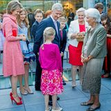 Bei der Kapelle angekommen, wünschen sie Königin Paola alles Gute zum Geburtstag und halten einen kleinen Plausch mit ihr.