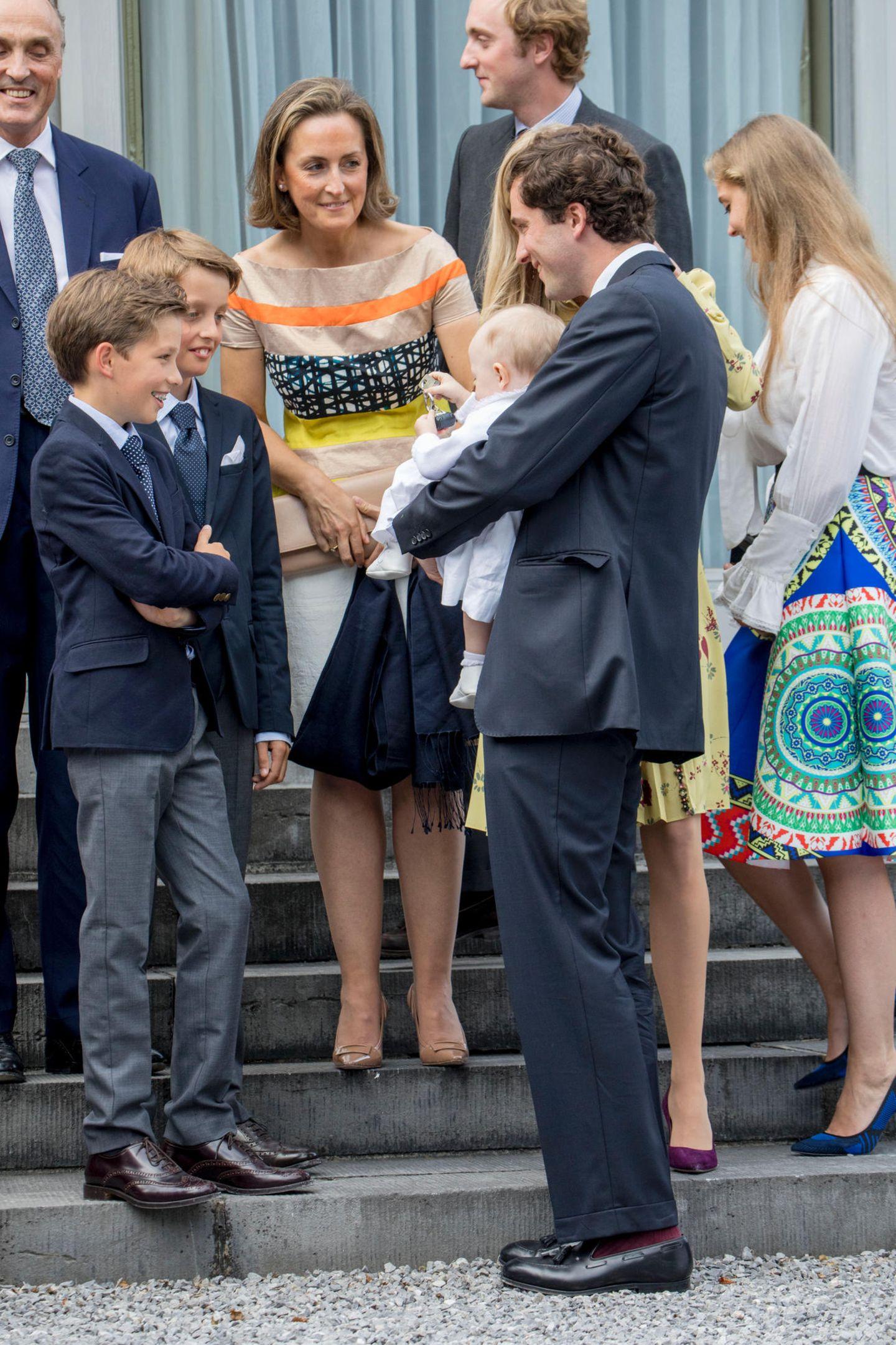 Anna zieht wirklich ALLE in ihren Bann. Selbst die coolen Jungs, Prinz Nicolas und Prinz Aymeric, sind ganz fasziniert von ihr.