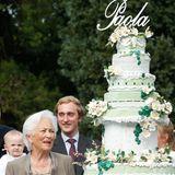 Das Highlight der Feier wird wenig später präsentiert: Königin Paola bekommt eine gigantische Torte geschenkt, die aufwendig verziert ist und aus mehreren Stockwerken besteht.