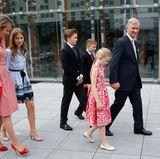 Mit seiner Frau und seinen Kindern komplettiert König Philippe die royalen Familiengäste. Besonders hübsch: Königin Mathilde und Prinzessin Eléonore erscheinen im Mutter-Tochter-Look.