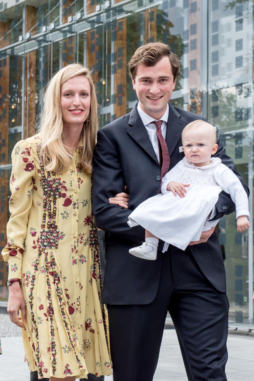 Der jüngste Gast der Feier, die kleine Anna, wird von ihrem Vater Prinz Amedeo in Richtung Empfang getragen. Zusammen mit Mama Elisabetta bilden sie das wohl süßeste Trio unter den Royals. Später soll der süße Spross noch alle Aufmerksamkeit auf sich lenken.