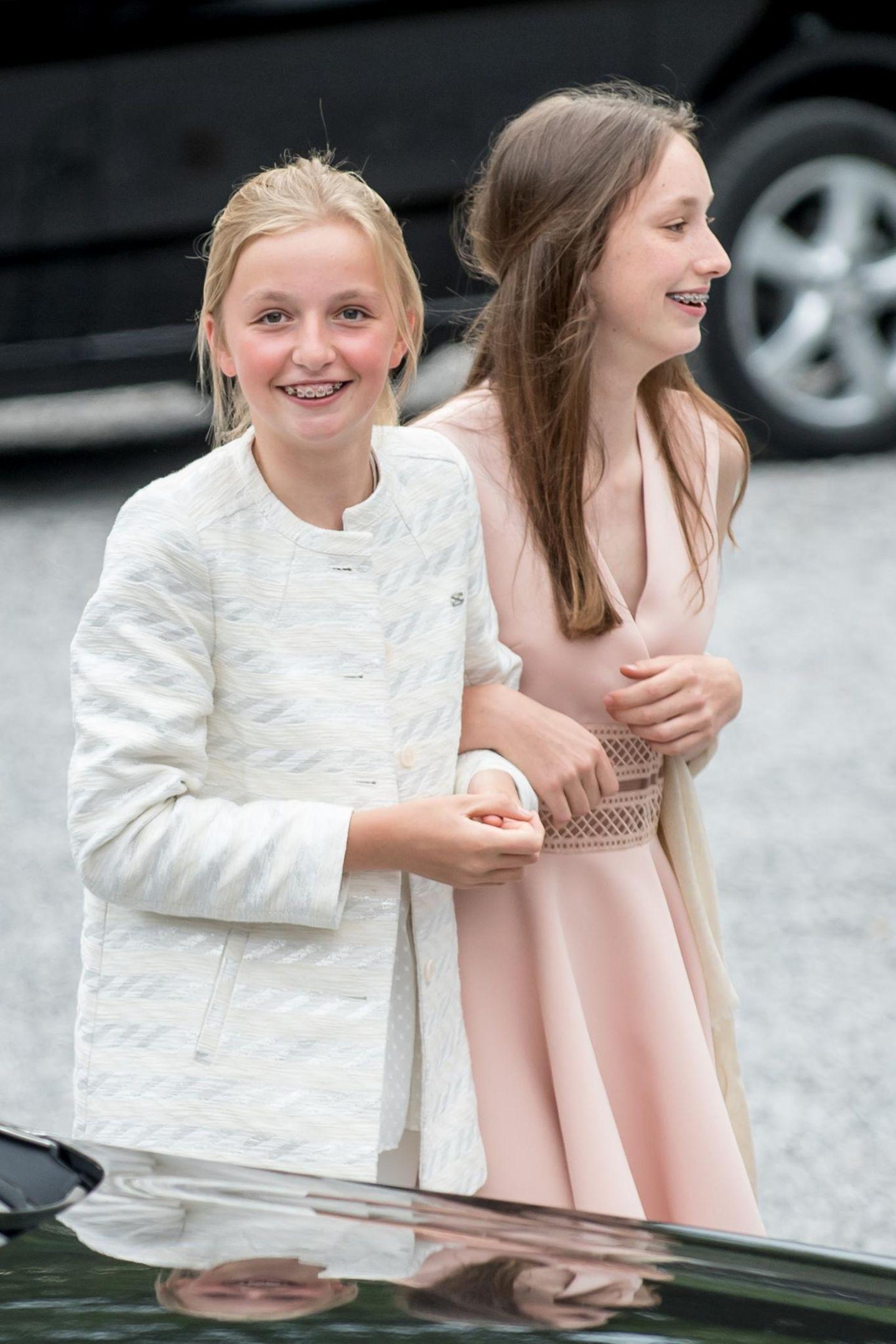 Nach der royalen Gastgeberin trudelt langsam die komplette Königsfamilie ein und ist bestens gelaunt. Prinzessin Louise und Prinzessin Laetitia Maria freuen sich sehr auf die Feier ihrer Großmutter, die sich in den 1960er-Jahren als Party-Prinzessin einen Namen machte.